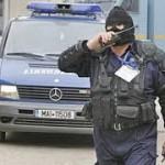 53 de percheziții domiciliare pentru contrabandă cu arme și infracțiuni cu carduri bancare